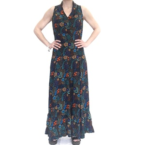 Vestido largo con estampado de hojas y flores sobre tono azul.  RO432A