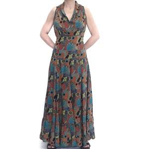 Vestido largo con estampado de hojas y flores sobre tonos turquesas.  RO432T