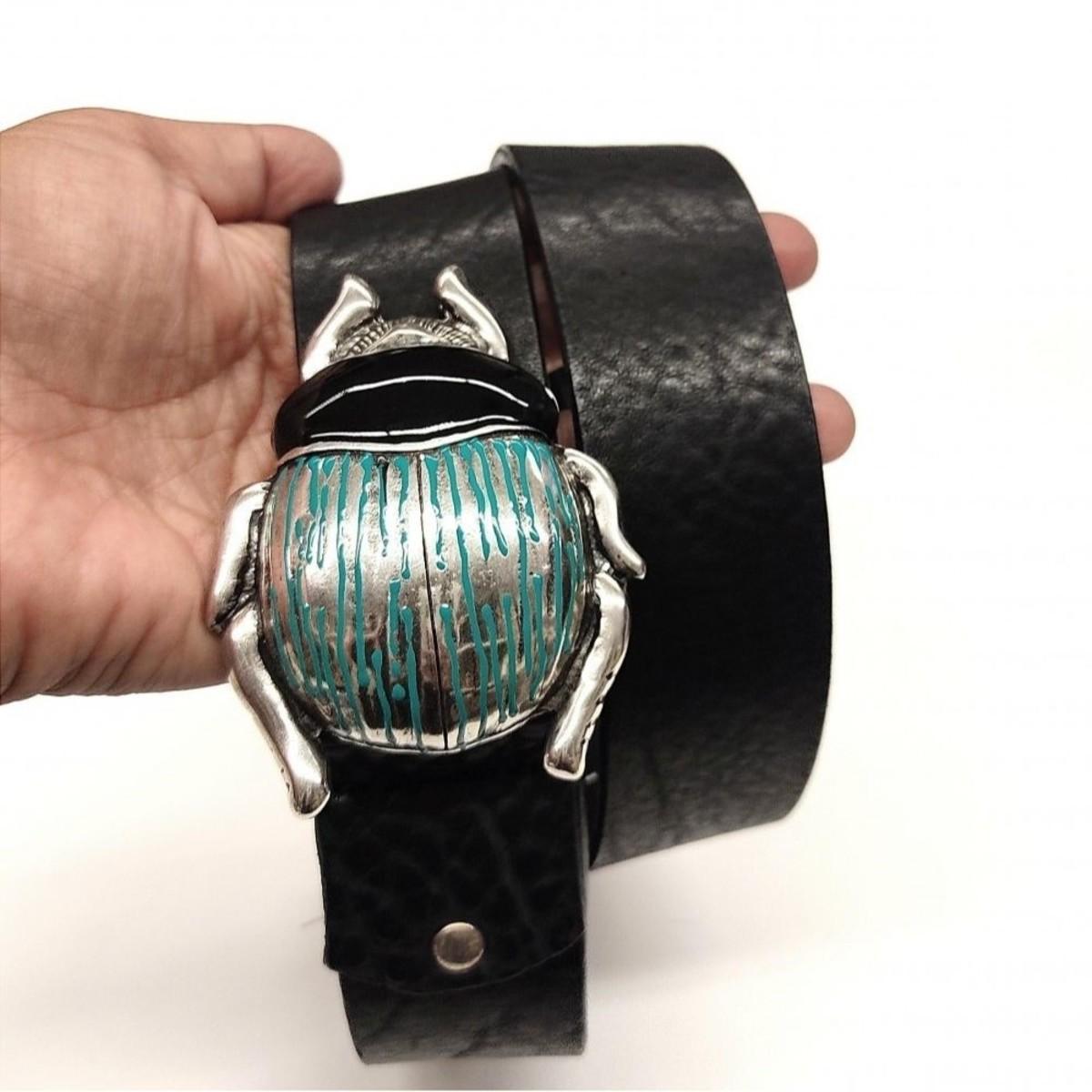 Cinturón negro hebilla escarabajo